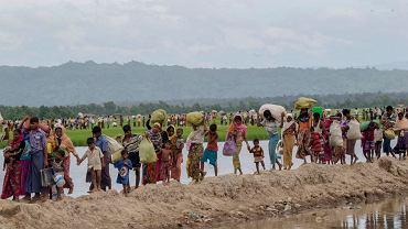 Muzułmanie Rohingya uciekający przed prześladowaniami z Mjanmy (dawniej Birma) do sąsiedniego Bangladeszu, 19 października 2017 r.