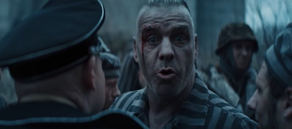 Rammstein wzbudził niemało kontrowersji swoim nowym teledyskiem, w którym członkowie zespołu wcielają się m.in. w więźniów obozu koncentracyjnego