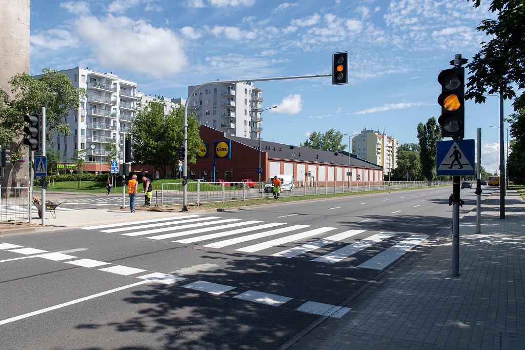 Przejście dla pieszych w al. Solidarności na wysokości ul. Rzeszotarskiej
