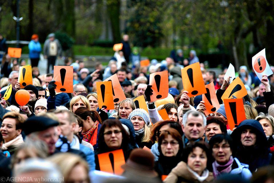 Zdjęcie numer 1 w galerii - Strajk nauczycieli. Setki radomian przyszło na plac Corazziego, by poprzeć protestujących