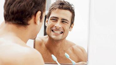 spotykanie się z kimś z brakującymi zębami