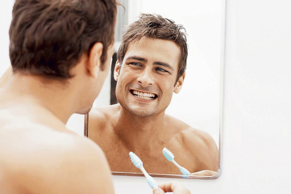 Nie myj zębów bezpośrednio po jedzeniu - wtedy są one osłabione działaniem kwasów