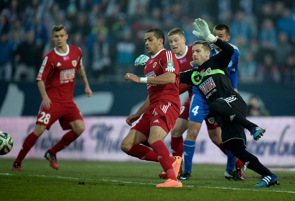 Chorzów. Ruch - Piast Gliwice 2:0. Interweniuje bramkarz gości Jakub Szmatuła