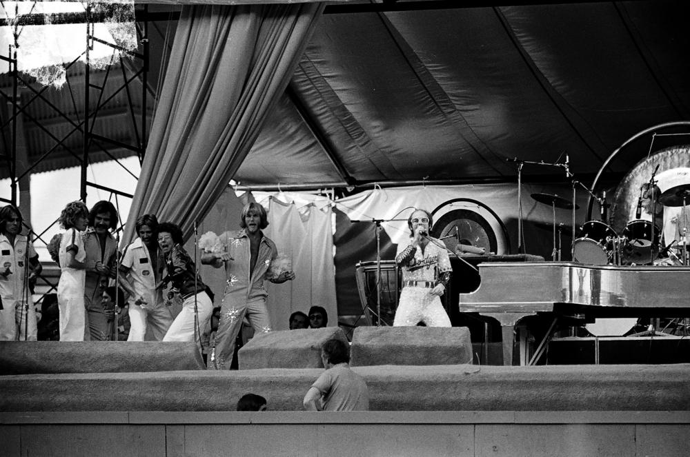 Elton John podczas koncertu w 1975 roku w Los Angeles (fot. Shutterstock)