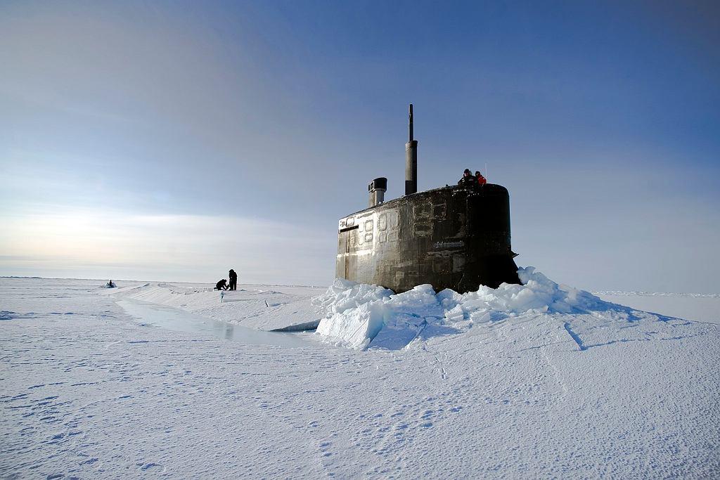 USS Connecticut po wynurzeniu przez lód podczas ćwiczeń w Arktyce