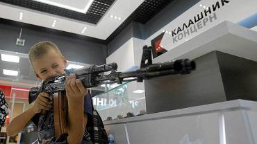 Sklep Kałasznikowa na lotnisku w Moskwie