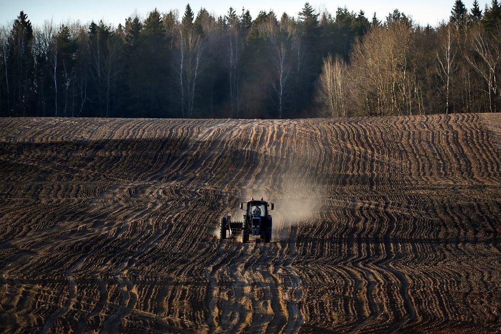 Według oficjalnych wypowiedzi A. Łukaszenki - 'traktor' jest jednym z najbardziej skutecznych lekarstw na koronawirusa.