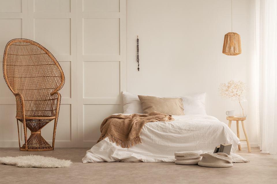 Przytulna i nieformalna sypialnia w stylu boho.