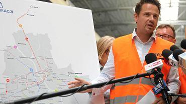 Sierpień 2018 r. Rafał Trzaskowski podczas kampanii wyborczej przedstawiał proponowane linie metra, w tym linię ze stacjo Stadion Narodowy na Gocław.