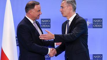 Sekretarz generalny NATO Jens Stoltenberg wita się z prezydentem Andrzejem Dudą. Spotkanie członków NATO w Brukseli, 4 czerwca 2019 r.
