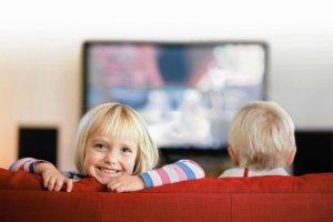 Maluch przed telewizorem