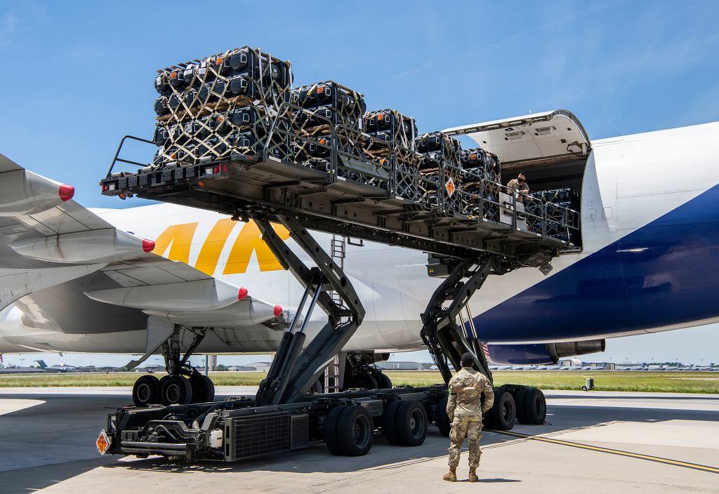 Załadunek transportu rakiet Javelin przeznaczonych dla ukraińskiego wojska
