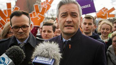 Lider Wiosny Robert Biedroń, po lewej stronie wiceprezes partii Marcin Anaszewicz