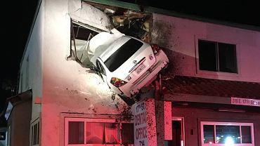 Samochód wbity w budynek
