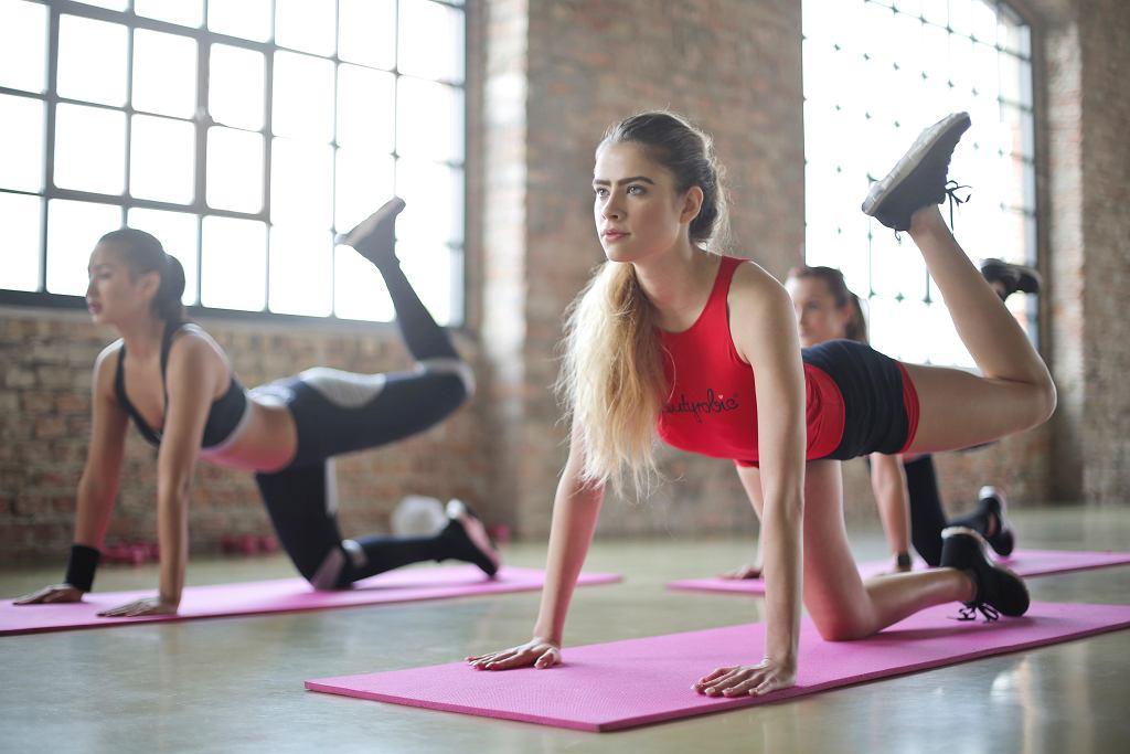 młodzi ludzie na siłowni
