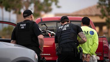 Nie masz dowodu, że jesteś w Ameryce już dwa lata? Zostaniesz deportowany błyskawicznie i bez sądu. Nowe zasady zostaną ogłoszone we wtorek i wejdą w życie natychmiast i to w całym kraju.  Na zdjęciu: funkcjonariusze U.S. Immigration and Customs Enforcement podczas zatrzymania. Escondido, Kalifornia, 22 lipca 2019