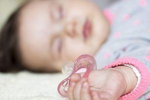 Smoczki dla niemowląt: jaki smoczek wybrać? Wybór jest ogromny, a pytań... jeszcze więcej