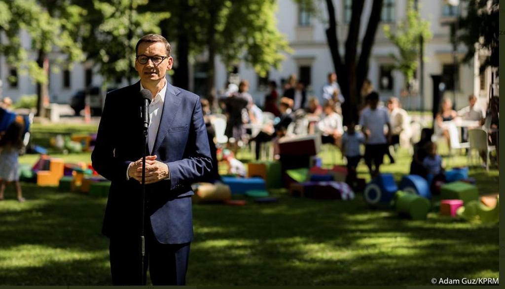 Mateusz Morawiecki w parku obok Zamku Ujazdowskiego ogłasza 'Strategię demograficzną'