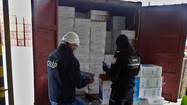 Działania CBŚP  w Gdańsku - papierosy znalezione na statku z Chin.
