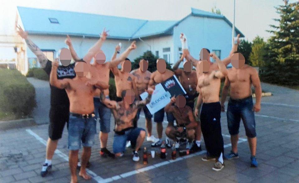 Członkowie Psycho Fans po wygraniu międzynarodowych zawodów w legalnych ustawkach kibicowskich. Maciej M. ps. Maślak, czwarty od prawej, Maciej S. ps. Maciuś trzyma czek, a Łukasz L. ps. Lucki wyciąga do góry rękę w gipsie.