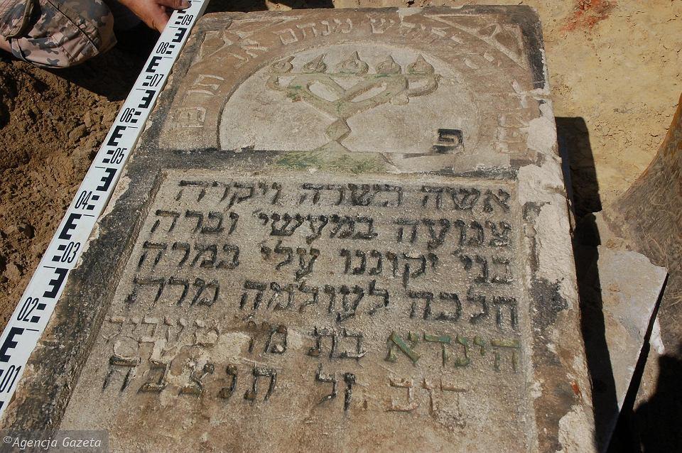 Zdjęcie numer 1 w galerii - Wielkie, cenne odkrycie na leżajskim rynku. 150 macew, wśród nich wyjątkowa ze złotymi inskrypcjami