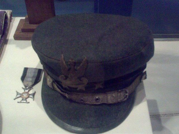 Czapka i Krzyż Virtuti Militari V kl. po ks. Ignacym Skorupce, ze zbiorów Muzeum Wojska Polskiego w Warszawie.