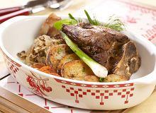 Gicz barania z kiszoną kapustą, grzybami i ziemniakami pieczonymi na soli - ugotuj