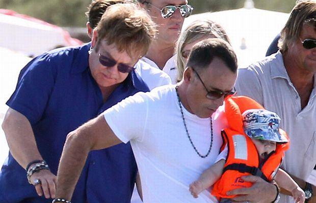 Elton John postanowił wraz ze swoim partnerem odpocząć. Wybrali się zatem do Saint Tropez. Zabrali też swojego synka.