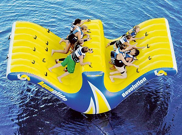Wakacyjny gadżet: pompowany aquapark. The Ten Person Water Totter. Cena: 4000 dol.
