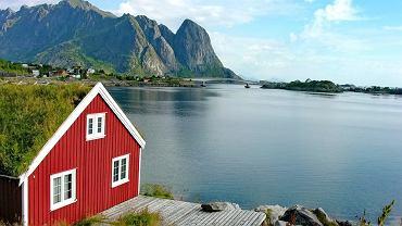 Norwegia to przede wszystkim wspaniałe, malownicze krajobrazy - fiordy, Lofoty, urocze miasta rozłożone pomiędzy wodą a skałami, kolorowe domki, wspaniała przyroda, ogromne przestrzenie. Piękny, czysty kraj.   Lofoty to ok. 60 wysp - prawdziwy raj północy, tuż za kołem podbiegunowym. Malownicze wysepki otoczone są poszarpanymi szczytami gór. Największymi wyspami są Austvagoy, Vestvagoy, Moskenesoya i Flakstadoya. Mieszkańcy archipelagu żyją z rybołówstwa i z turystyki.