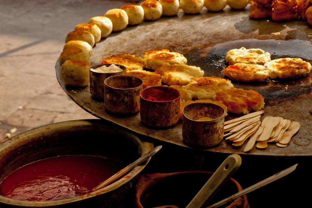 Smażone placki serwowane w jednej z ulicznych restauracji w Indiach. Fot. Shutterstock