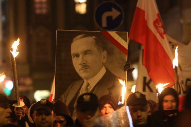 Uczestnicy marszu narodowców niosą m.in. portret Romana Dmowskiego