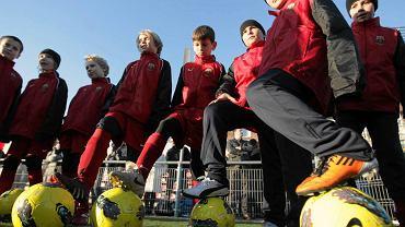 Pierwszy oficjalny trening zawodników szkółki piłkarskiej Barcelony w Warszawie
