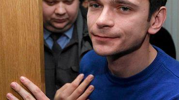6.12.2011 - opozycjonista Ilja Jaszyn wychodzi z sali sądowej