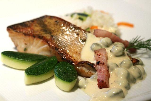 Rybę podawaj z ryżem i warzywami gotowanymi na parze.