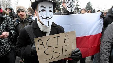 25 stycznia 2012. Protest przeciwko podpisaniu umowy ACTA pod urzędem wojewódzkim w Kielcach