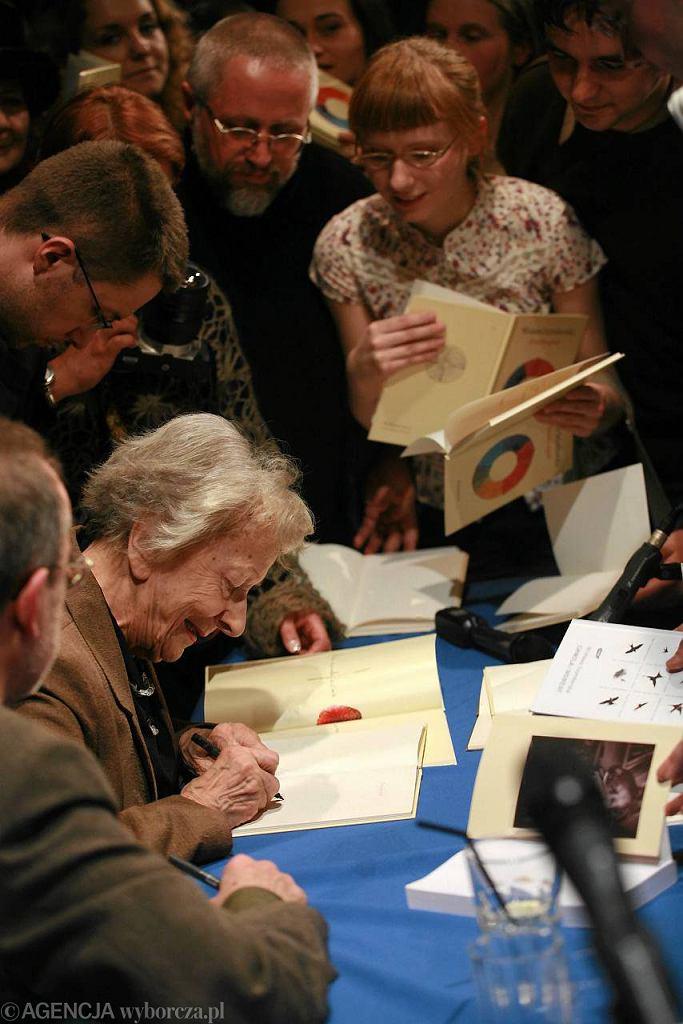 Wisława Szymborska podpisuje tomiki wierszy. Kraków, grudzień 2005