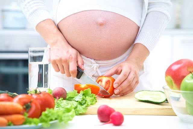 Dieta przyszłej mamy powinna być bogata w warzywa i owoce.
