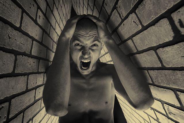 Klaustrofobia - lęk przed małymi pomieszczeniami.
