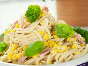 Spaghetti z kukurydzą i boczkiem