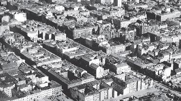 Tak przed wojną wyglądał pl. Defilad. Główna ulica to Marszałkowska, w prawym dolnym rogu - dzisiejsza stacja metra centrum. Dziś do tych działek roszczenia mają dawni właściciele