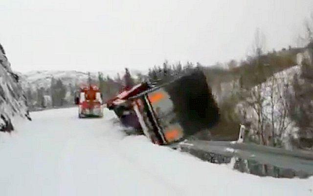Wypadek TIR-a w Norwegii. Kierowca przeżył