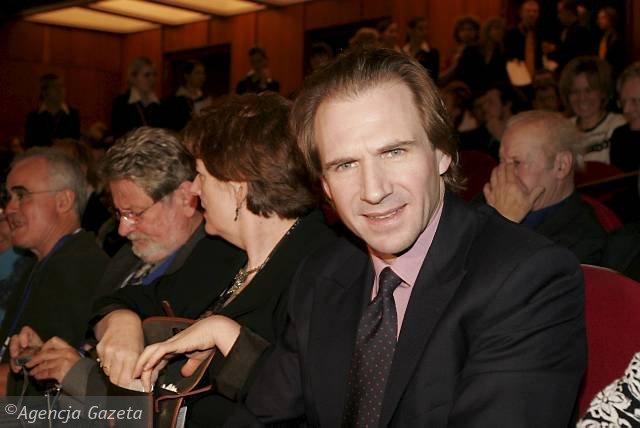 26.11.2005 LODZ PLAC DABROWSKIEGO - CAMERIMAGE 2005 - INTERNATIONAL FILM FESTIVAL OF THE ART OF CINEMATOGRAPHY - XIII MIEDZYNARODOWY FESTIWAL AUTOROW ZDJEC FILMOWYCH - AKTOR RALPH FIENNES LAUREAT NAGRODY AKTORSKIEJ IMIENIA KRZYSZTOFA KIESLOWSKIEGO  FOT. SERGIUSZ PECZEK / AGENCJA GAZETA