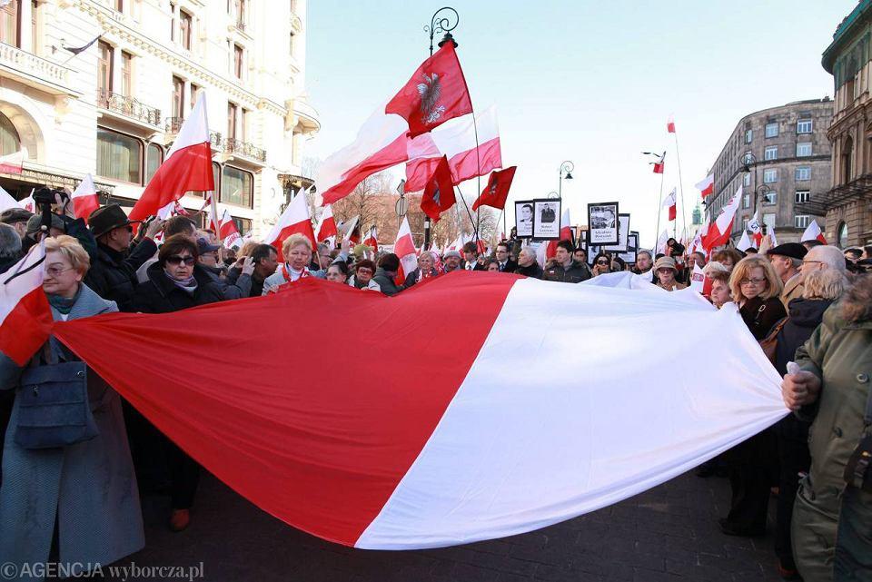 Demonstranci na Krakowskim Przedmieściu trzymali polskie flagi i transparenty z napisami: 'WSI + KGB = zamach'; 'Jarosławie, prowadź do zwycięstwa. Tusk, zdrajco, poczujesz zemstę Polaków'