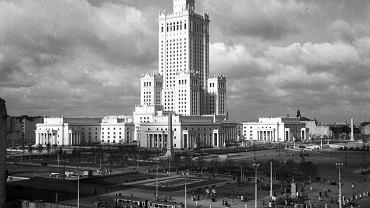 Lata 50-te XX wieku, skrzyżowanie ulic Marszałkowskiej i Alei Jerozolimskich w Warszawie / Fot. nac.gov.pl