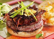 Hamburger z wędzonym boczkiem i karmelizowaną cebulą - ugotuj
