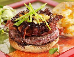 Hamburger z wędzonym boczkiem i karmelizowaną cebulą