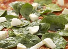 Pizza ze szpinakiem i mozzarellą - ugotuj