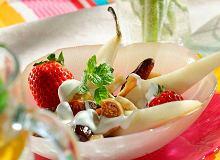 Sałatka z suszonych owoców i truskawek z jogurtem - ugotuj