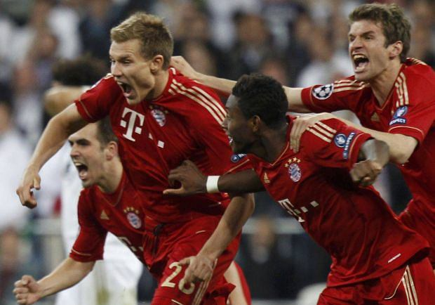 Bayern Munich's players celebrate victory against Real Madrid after their Champions League semi-final second leg soccer match at Santiago Bernabeu stadium in Madrid, April 25, 2012.            REUTERS/Sergio Perez (SPAIN  - Tags: SPORT SOCCER)  x